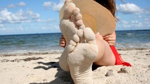 Füße im Strandsand auf der Insel Rügen fahren