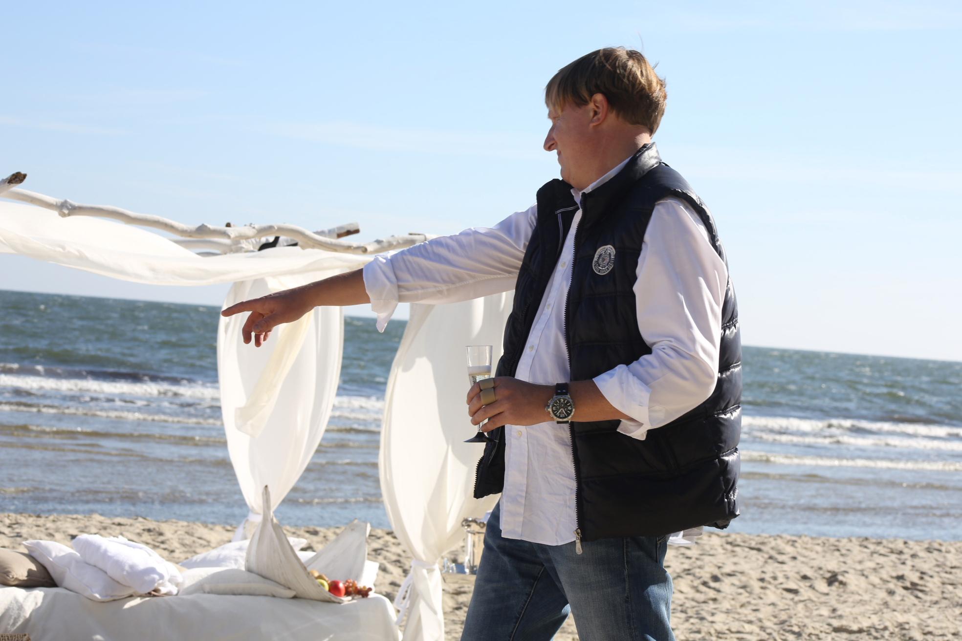 Fotoshooting am Strand - Chef gibt finale Anweisungen