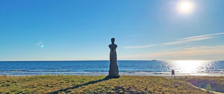 Die Große Schreitende (Wartende) am Strand von Binz