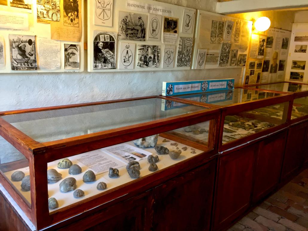 Klingenschläge und Pfeilspitzen im Gingst Museum