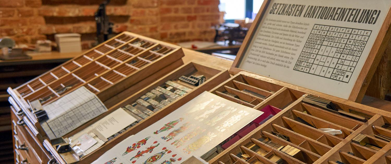 Lebendige Traditionen: In der Museumswerkstatt der Spielkartenfabrik Stralsund werden regelmäßig Führungen angeboten.