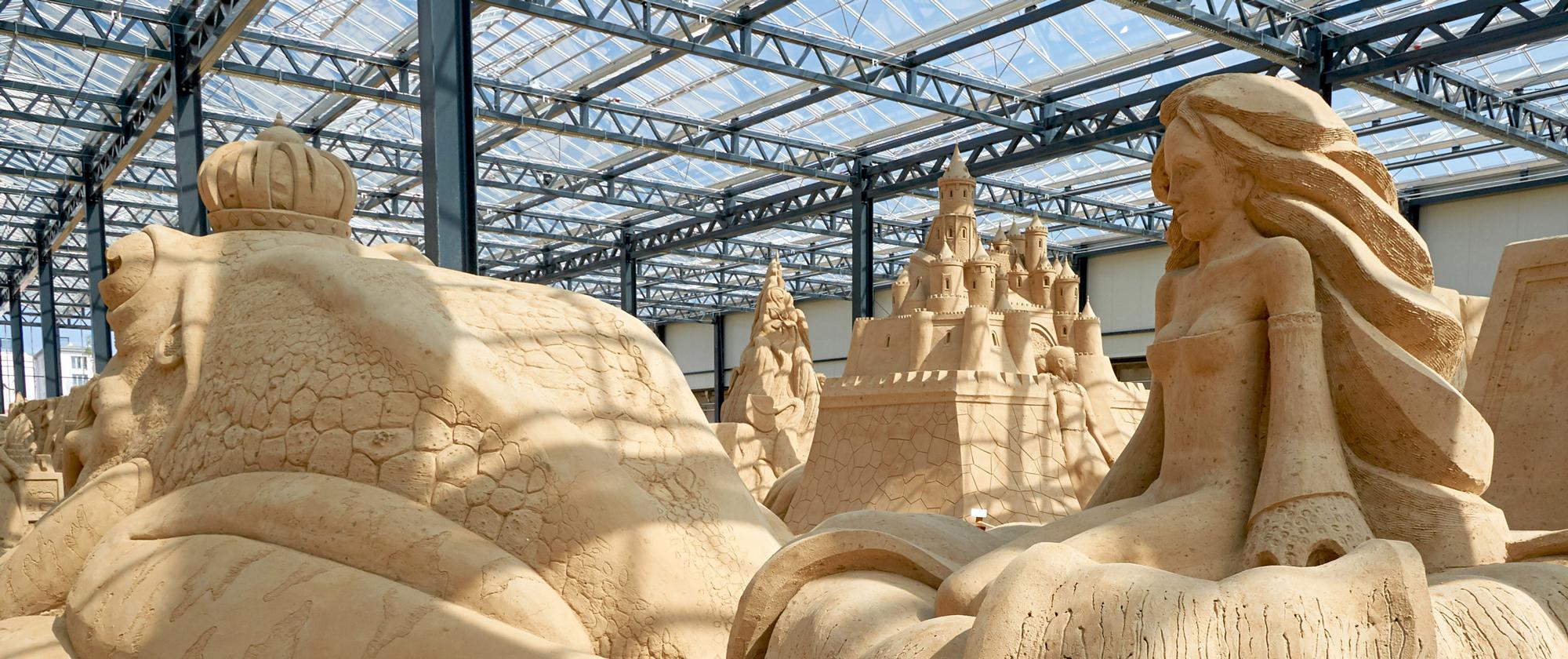 Am neuen Standort im Glaspalast Prora: Die Sandskulpturen-Ausstellung Rügen 2021